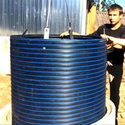 процесс установки трубы в колодец