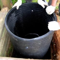 установка трубы в деревянный колодец